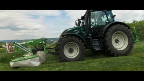 Kosiarka czołowa KDF 300 od SaMASZ // SaMASZ front mower KDF 300 working with VALTRA tractor